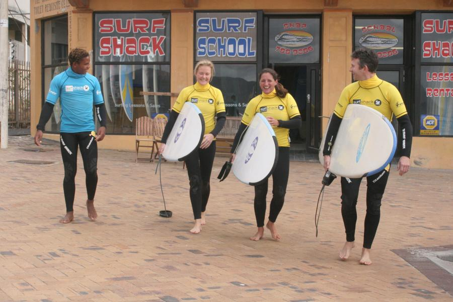 group-surfing-lesson